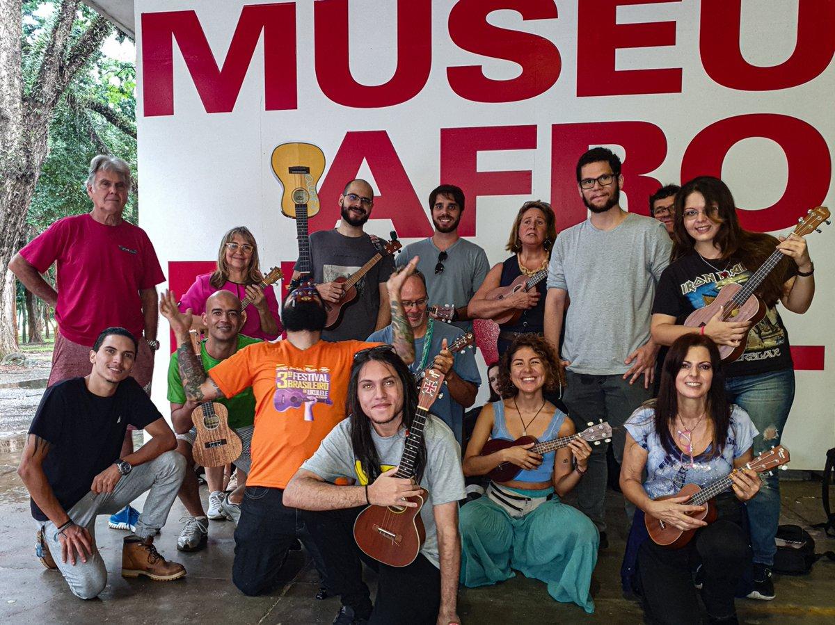 Hoje foi dia de Ukeday em SP! A galera se reuniu no Ibirapuera e o som rolou! Esse foi o 1º Ukeday Toca Ukulele SP, uma iniciativa de fomentar grupos regionais por todo o país. Bora montar na sua cidade?   #tocaukulele #ukulele #ukulelebrasil #ohanaukuleles #aquilastringspic.twitter.com/epLA39BrYX