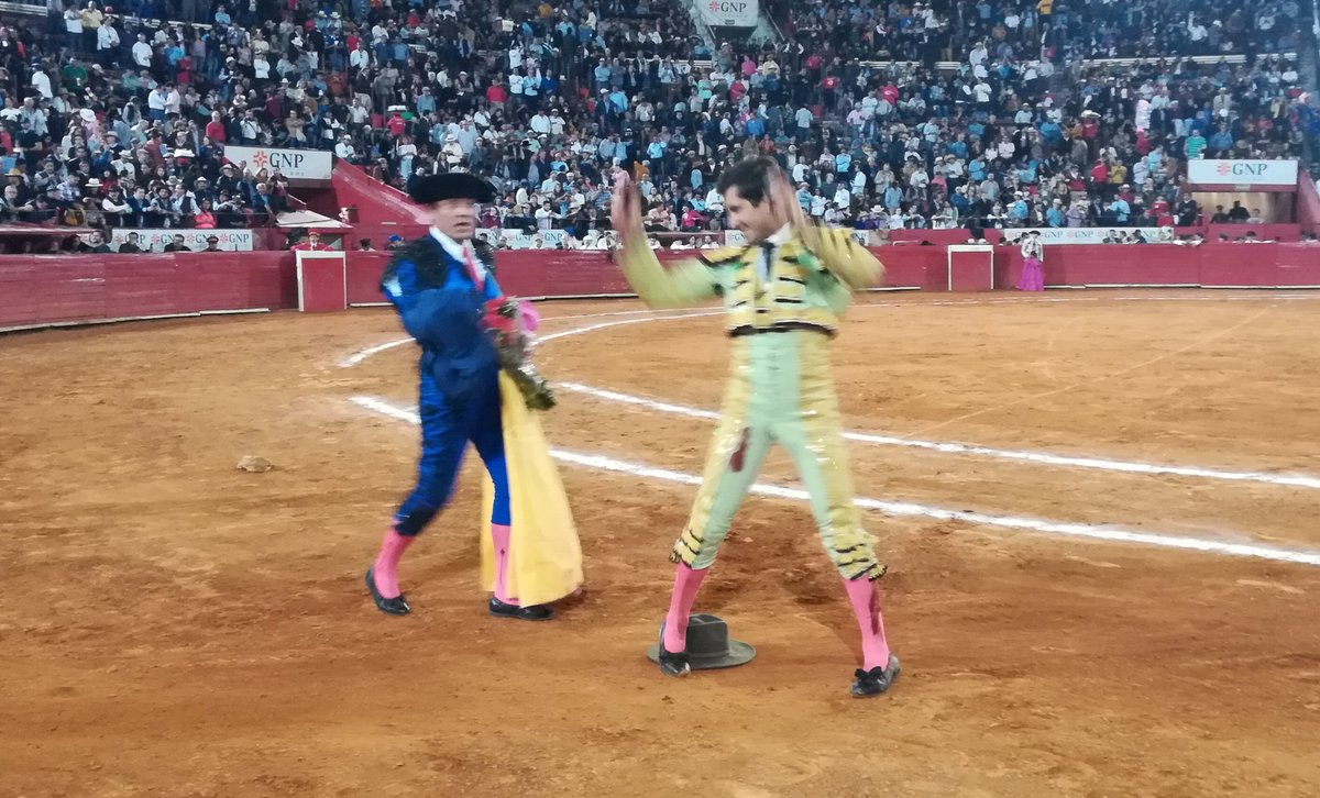 Información  @Latitud_mx @JOSELITOADAME corta dos orejas al de Reyes Huerta, tras faena emotiva bien firmada con la espada.