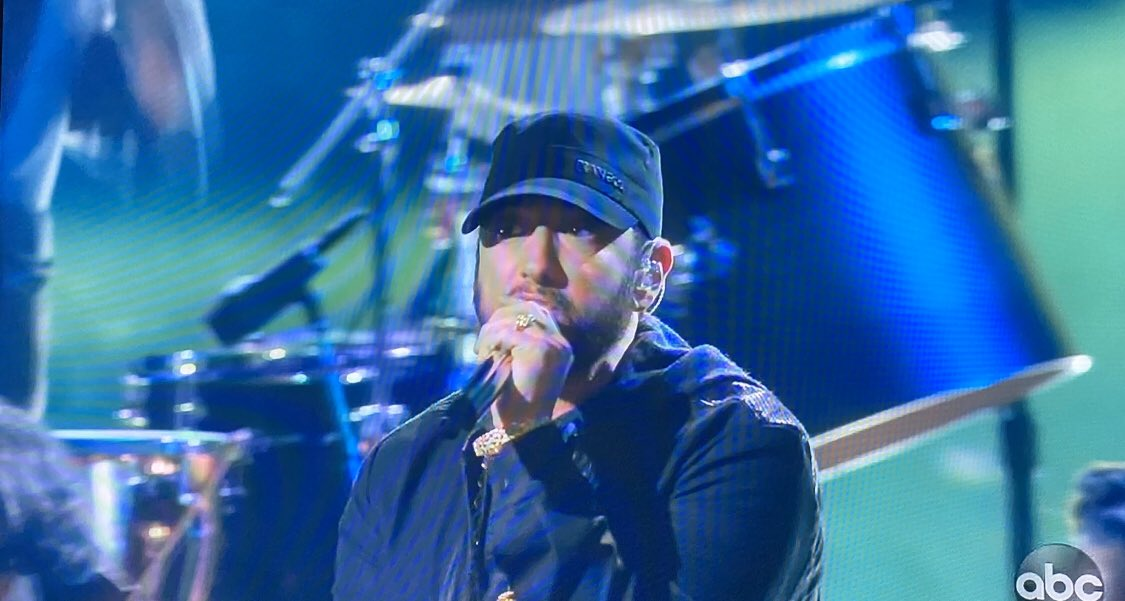 Oh yes he did get a standing ovation! Failure is not an option!  #Eminem #OscarSunday pic.twitter.com/15D8J0yVAW