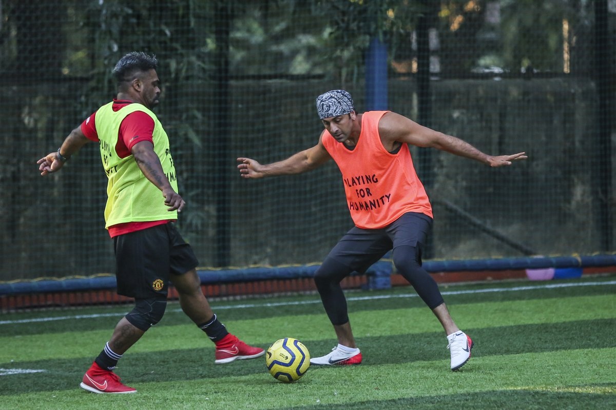 Who said that strikers can't defend?  All Stars vice captain Ranbir Kapoor showing that he can defend whenever the team requires. . . #AllStarsFC #PlayingForHumanity #ASFC #Football #TheBeautifulGame #LetsPlay #Celebrities  #Bollywood #Celebspic.twitter.com/qZoLcUKzOQ