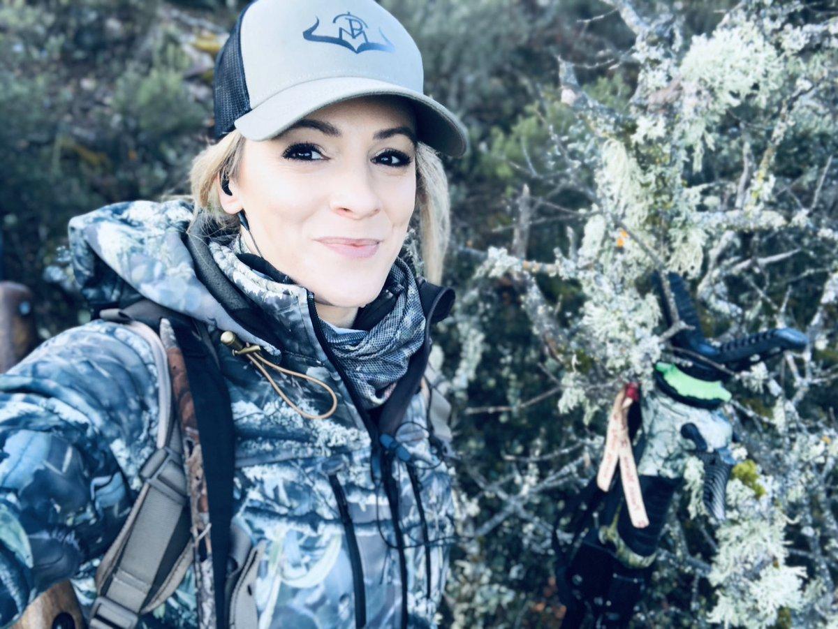 El Sábado de cambios en la empresa y ayer un súper día en el campo  A si que  Comenzamos la semana con fuerza! #buenosdias familia! Que tal vuestro finde?? Habéis tenido suerte ? #caza #pasionmorena #cazamayor #ciervo #deer #mujercazadora #womanhunter #huntingpic.twitter.com/BglJrj5Oos