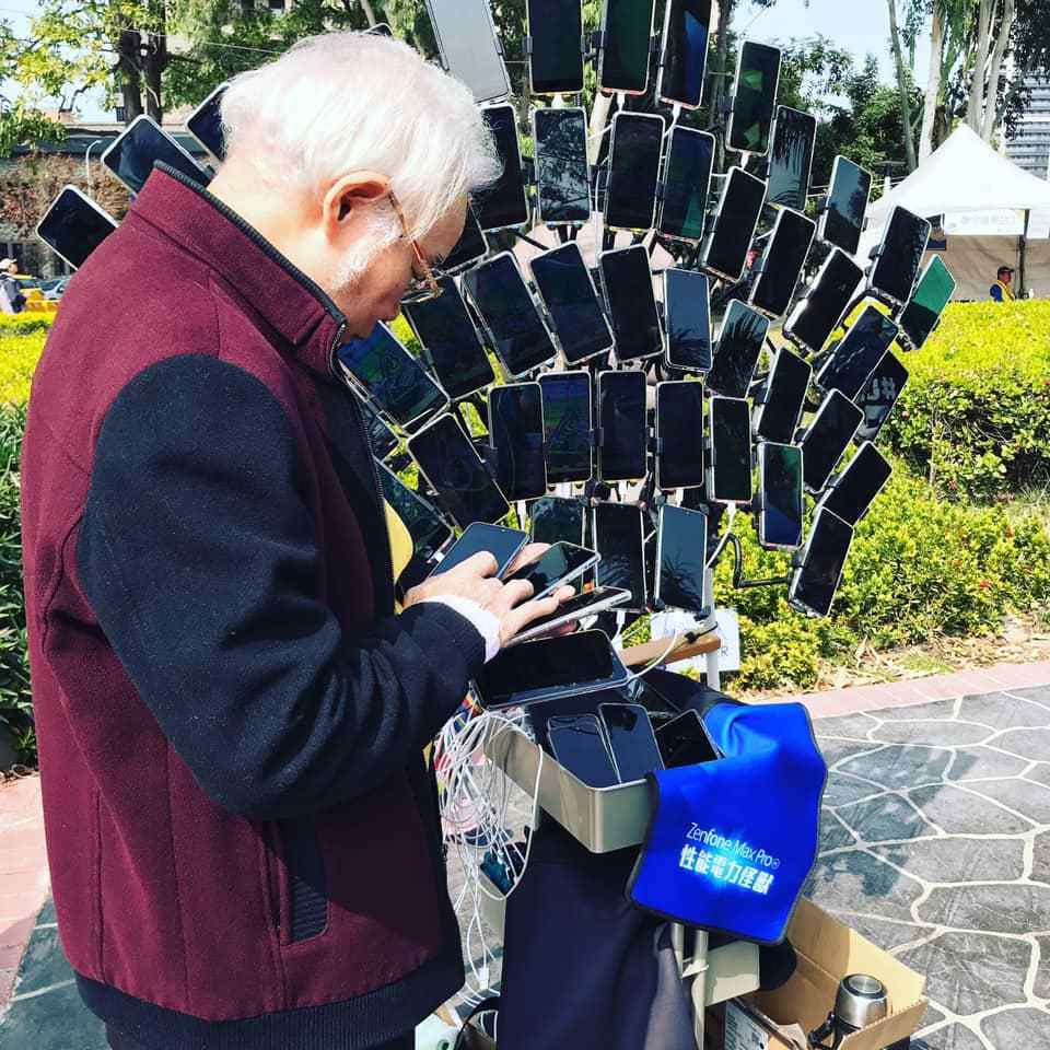test ツイッターメディア - 大量のスマホで『ポケモンGO』を一斉プレイする台湾の「ポケモンGOおじいちゃん」がさらに進化。自転車に67台ものスマホを孔雀模様に装着https://t.co/9A0RXkER39 https://t.co/2dSeaamicA