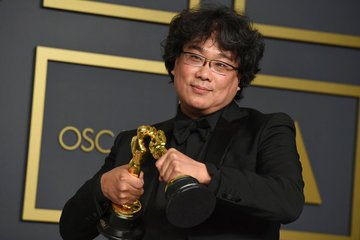 Bong Joon Ho making his Oscars kiss