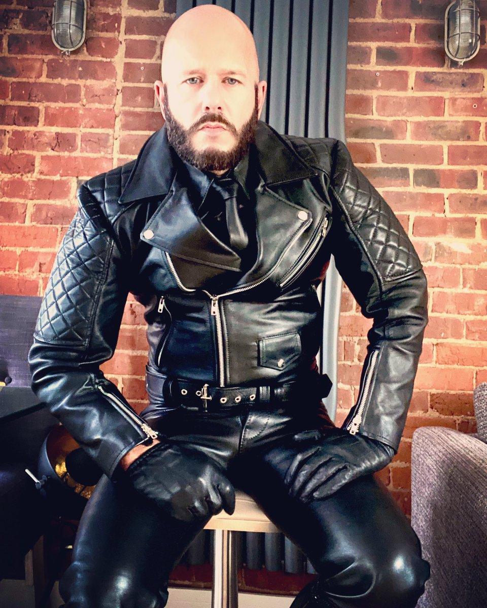 How all Mondays should start.. #leatherman #fullleather #fulllanglitz #leathermaster #leatheralpha #leatherdom #gayleather #leatherfetish #leatherdomination #kinkster #meninleather #guysngear #bluf #blufleather #leatheruniform #leder #cuir #glovesfetishpic.twitter.com/iUOy3dqSOG