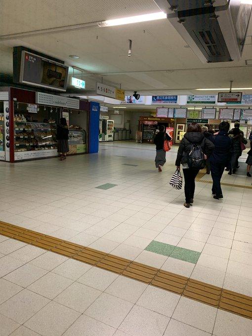 近鉄生駒線の駅構内が停電している画像