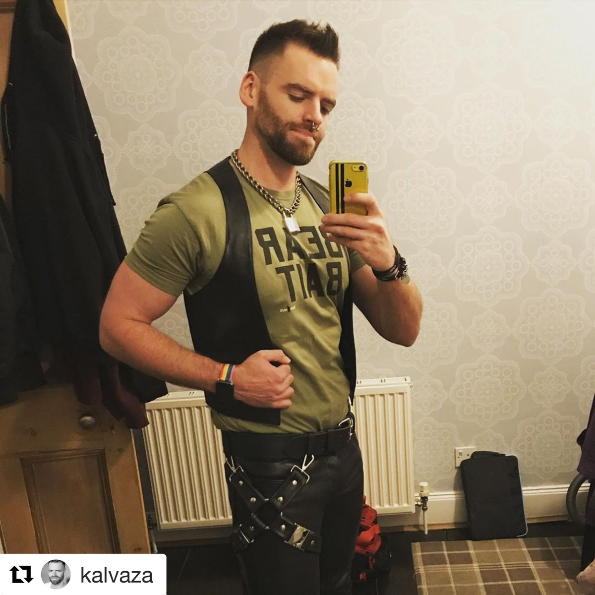 Chris is rocking that leg harness!  ・・・ By popular demand it's the bear bait tshirt with leather tonight.  Also how cute is my new leg harness from @gildedfetish  #leatherman #gear365 #guysngear pic.twitter.com/7A7A4DldVD