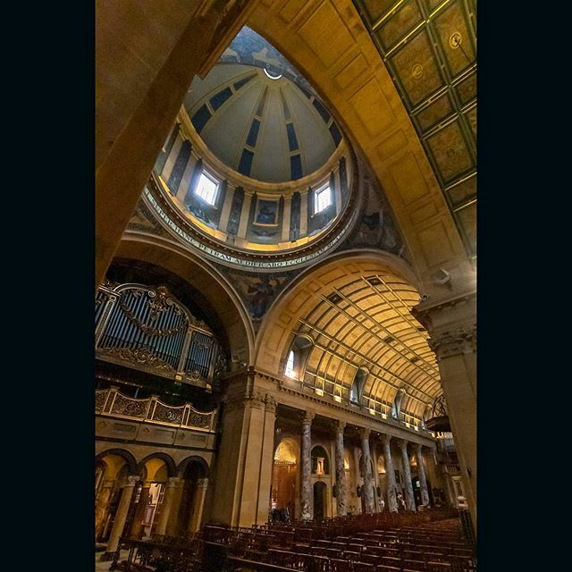 Dome, organ and nave in Birmingham's splendid Oratory. . Taken on a meet up with @brumtography . . #birminghamoratory #romancatholic #dome #church #worship #birminghamlife #thisisbirmingham #igersbirmingham #bhamgram #ichoosebirmingham #birmingham #ilove… https://ift.tt/3bK6xZNpic.twitter.com/8EjO4v3LUb