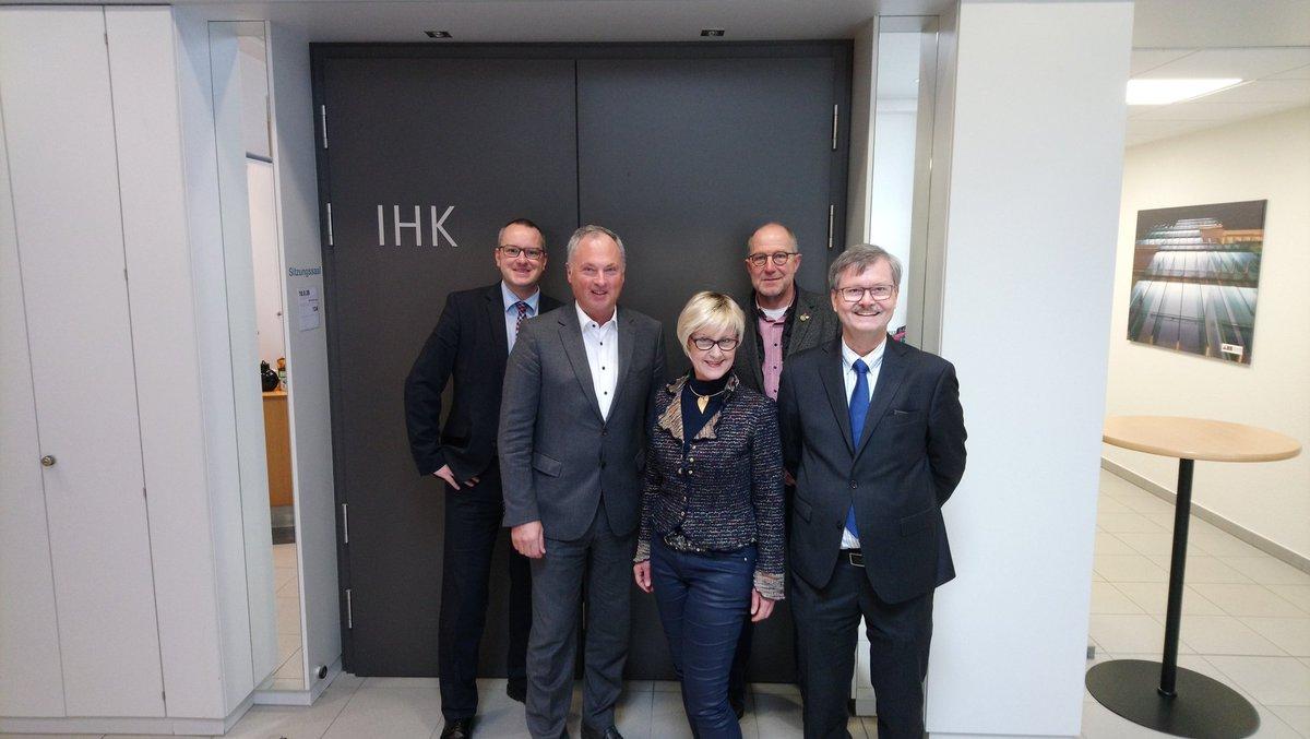 Intensiver Meinungsaustausch bei der @IHK_Arnsberg Hellweg - Sauerland mit Präsident A. Rother, HauptGF'in Dr. I. Lange, Referent S. Britten und @p_newiger Vorsitzender Wirtschaftsausschuss #Hochsauerlandkreis zu #Digitalisierung, #Mobilität, #Nachhaltigkeit, #Fachkräftesicherungpic.twitter.com/DIuykNY0HP