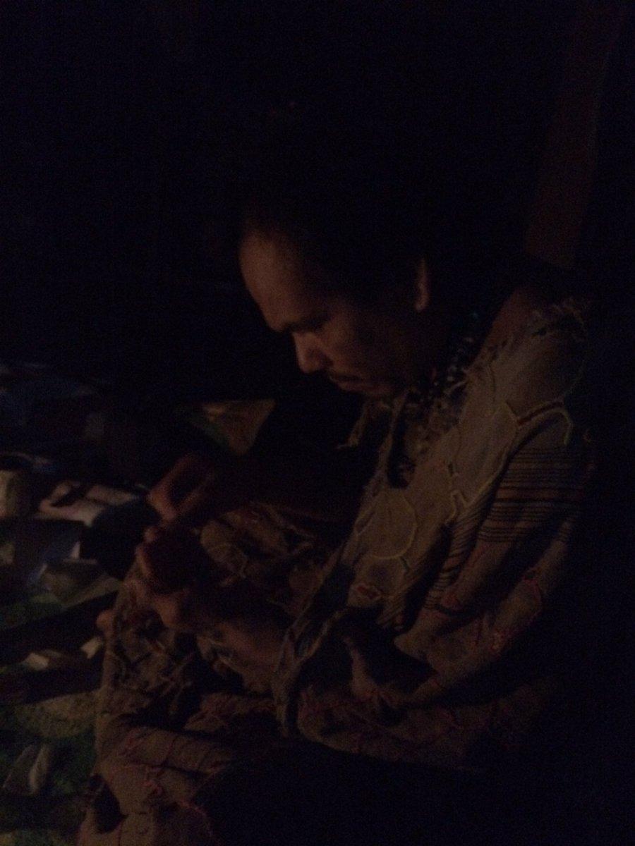 Envie de vous montrer l'ambiance d'une cérémonie d'ayahuasca... Ceux qui poursuivront avec le tome 2 de #Borderline auront de quoi s'impregner comme ça.  Les photos sont sombres, mais avec le flash c'était trop naze, dénaturé.