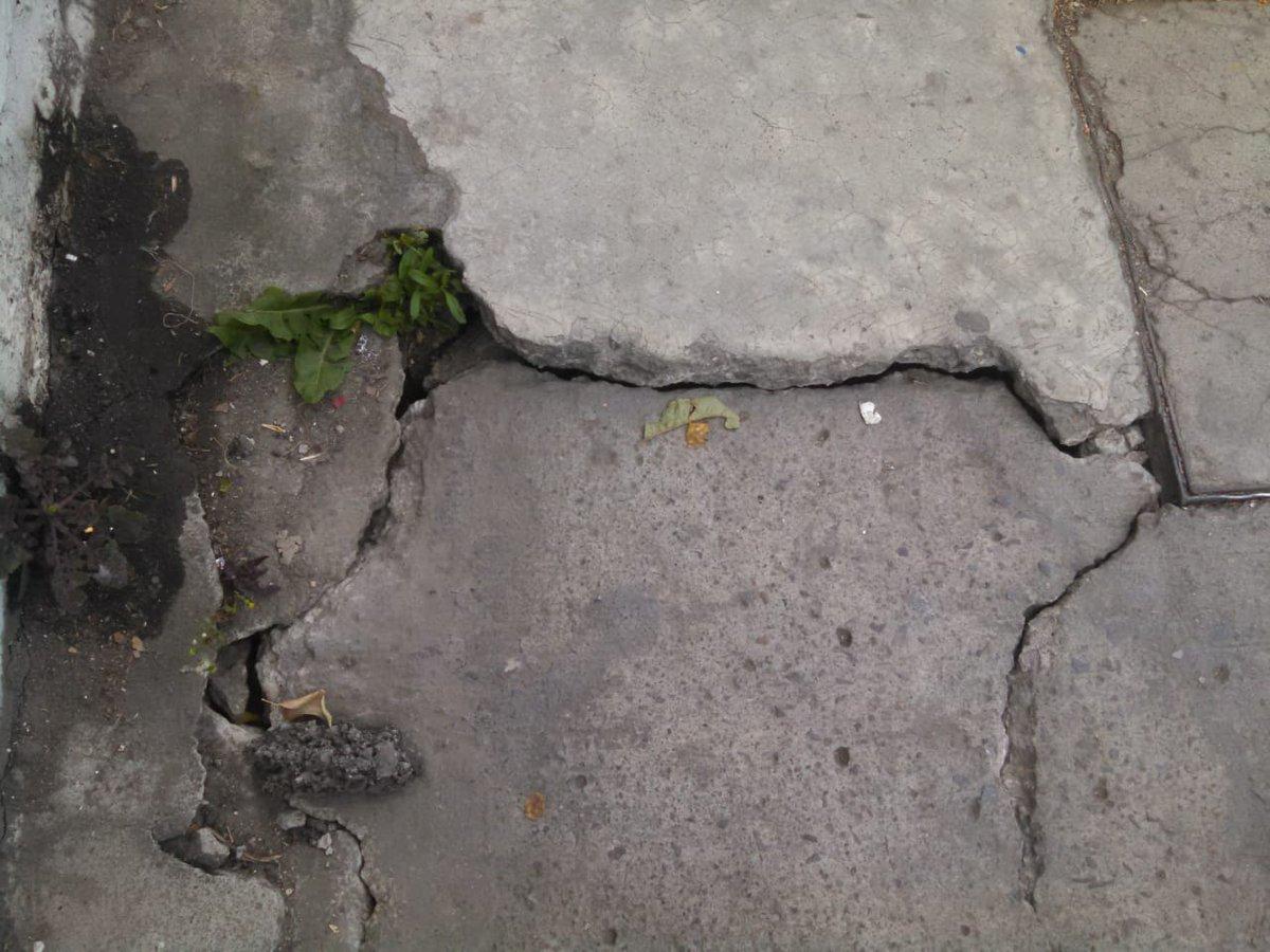 #ReporteCiudadano   Banqueta hundida en Circuito de las Rosas #58 Unidad Habitacional La Rosa.   #WhatsAppTelevisa 2229308437.   #Pueblapic.twitter.com/xGcQSX263k