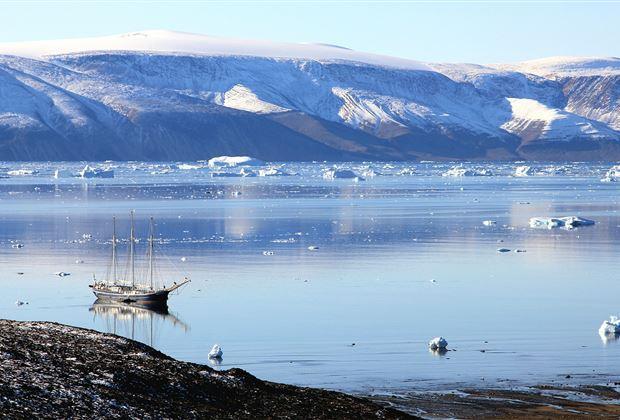 Grönland verkauft Schmelzwasser  #Grönland will das durch den #Klimawandel hervorgebrachte #Schmelzwasser an kommerzielle Unternehmen verkaufen. Insgesamt sind 16 Lizenzen zur Wassergewinnung ausgeschrieben worden. https://www.schweizerbauer.ch/politik--wirtschaft/international/groenland-verkauft-schmelzwasser-55692.html…pic.twitter.com/nfHZ3gf9af