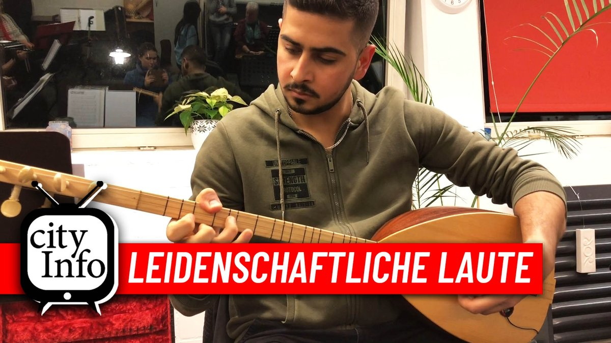 Rony (22) ist #Hertener. Vor fünf Jahren flüchtete er aus dem Bürgerkriegsland #Syrien nach #Deutschland. Hier hat er an der Hertener #Musikschule das Instrument# Baglama gelernt und zupft seitdem mit viel Leidenschaft die Laute.  Beitrag unter: http://youtu.be/FzHkXDja9Y0pic.twitter.com/6Wdwo31oE0