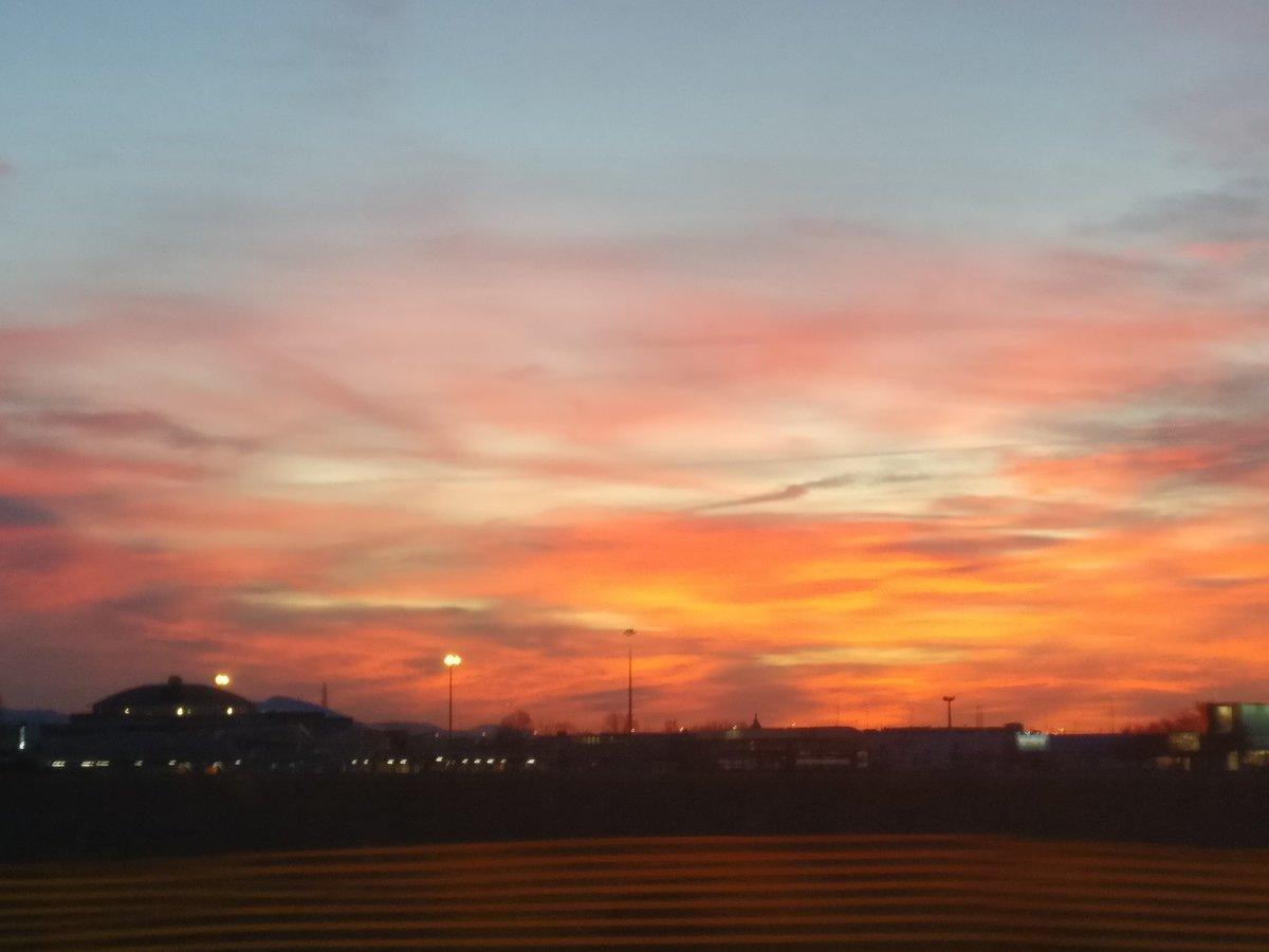 Colto al #volo questo #tramonto è uno #spettacolo   #sunset #landscape #beautifulview #spetaculpic.twitter.com/p6e3y2dmcN