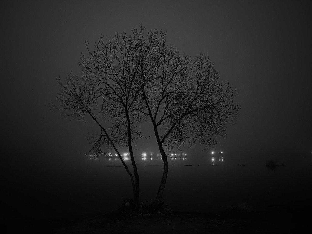 Lights on the other side  #river #park #bw #nightphotography #nightpic.twitter.com/Eq0MT1SJua