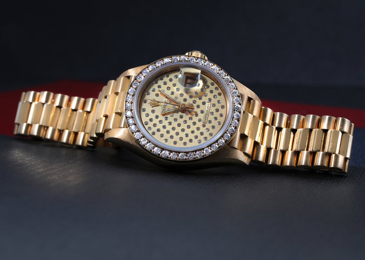 Both luxurious and playful, this Rolex President Datejust Ladies Watch boasts a striking pavé diamond dial. A watch that's sure to get people talking.  https://swisswatchexpo.click/rolex-ladies-pave…  #Rolex #RolexDatejust pic.twitter.com/1GyCfDCjem