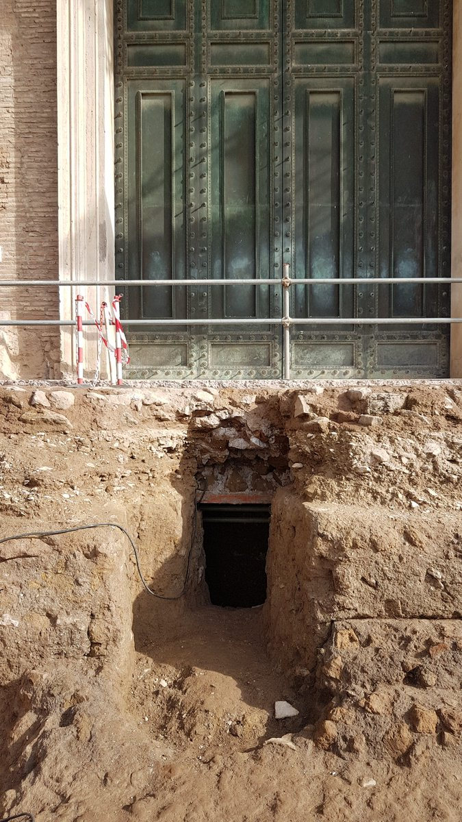📣 Exceptional discovery from the excavations at the Curia-Comitium (#RomanForum) [THREAD ⬇️]  An underground chamber has re-emerged next to the Curia-Comitium complex with a tuff sarcophagus of about 1.40 m in length, associated with a circular element, probably an altar.