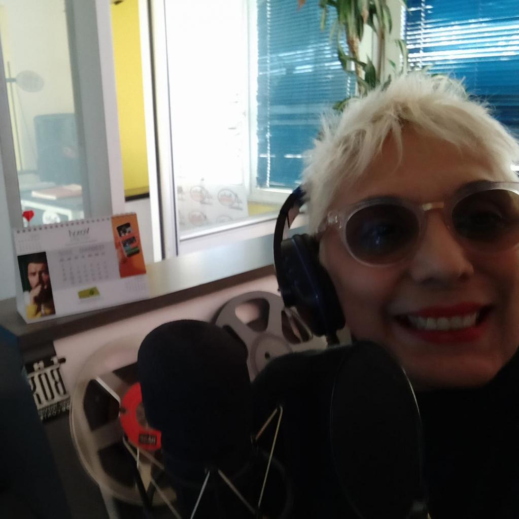 """Un saluto a Maria Pintore dalla Sardegna per la foto che ci ha inviato con il calendario VentiVenti di http://Voci.fm, realizzato in collaborazione con """"Voxyl voce gola"""".http://bit.ly/maria-pintorepic.twitter.com/FIahJyrym8"""