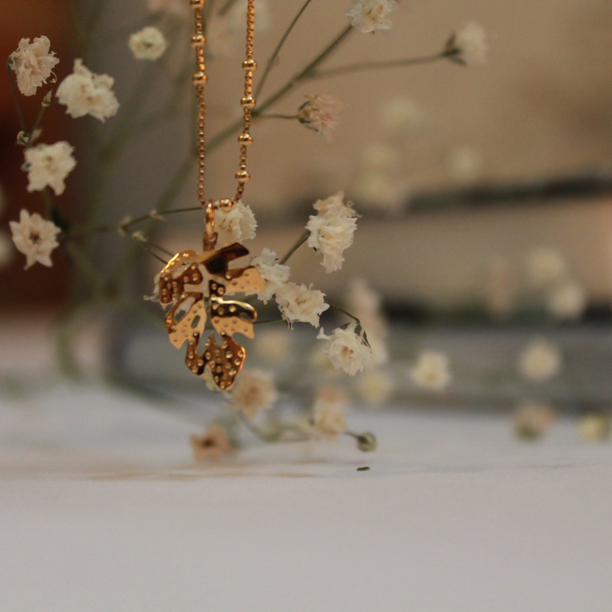 🍃Las hojas siempre están presentes, son estructuras de vida, son ligeras y fluyen con el aire. Disponible en #collar y #aretes #kalitajoyeria #jewelrygram #diseñomex #hechoamano #hechoenmexico #look #jewelryadict #musthave #chapadeoro #jewelrymaker #handmade  #hojas #Torreón