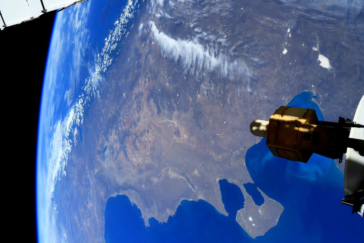 I took this photo of South America while on a spacewalk with @astro_luca back in November. There is nothing but atmosphere between my camera lens and the Earth below! Looking west across Argentina you can see the Chilean Andes and the Pacific Ocean beyond.🇨🇱🇦🇷#SpaceStation4All