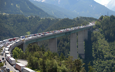 #Tyrol introduced a strict sectoral #traffic ban for heavy #goods vehicles on #Austria's main transit route to and from #Italy. No viable alternative to #roadfreight is proposed while #emissions savings are minimal.  Hence, the measure seriously restricts free movement of goods.pic.twitter.com/CfLJjKuw6d
