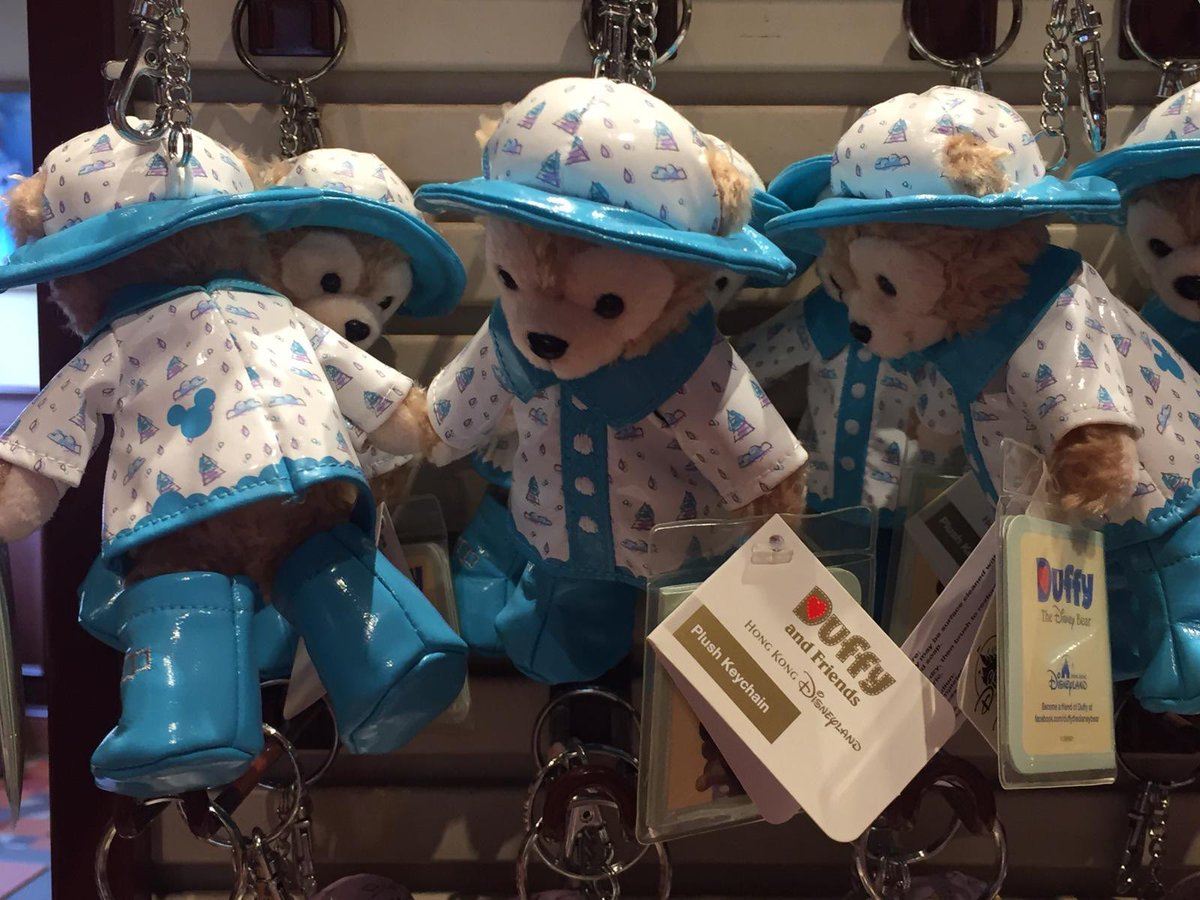 🇭🇰 🛍 Duffy 🐻 et ses amis sont eux aussi en phase avec la météo 🌧 😂 🇭🇰   #disneyparks #HKDL #hongkongdisneyland #duffythedisneybear