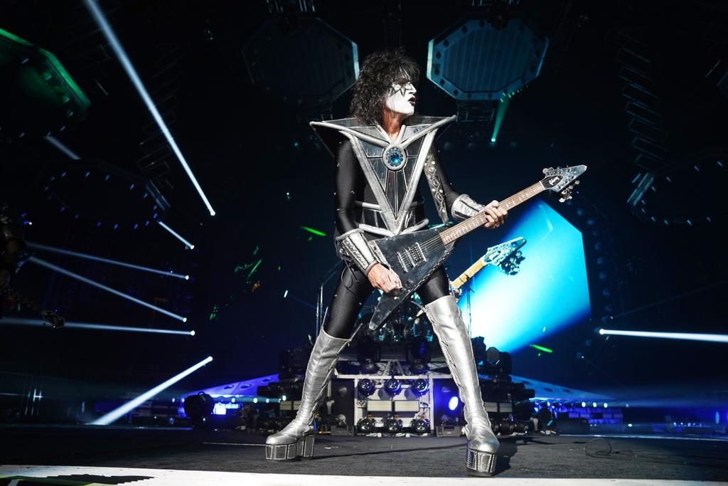 .@tommy_thayer rocking the #EndOfTheRoad World Tour 2020!