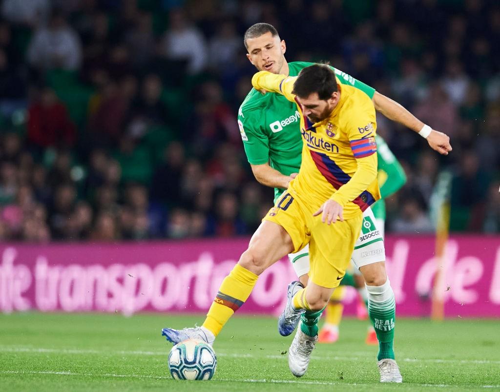 Guido Rodríguez vs Lionel Messi en un partido de Liga de España. PARA GUARDAR.