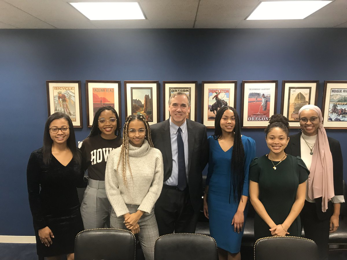 Many thanks to Oregon @SenJeffMerkley for allowing our students to visit his office on Capitol Hill last week. They discussed everything from civil rights to career advice. #HowardForward