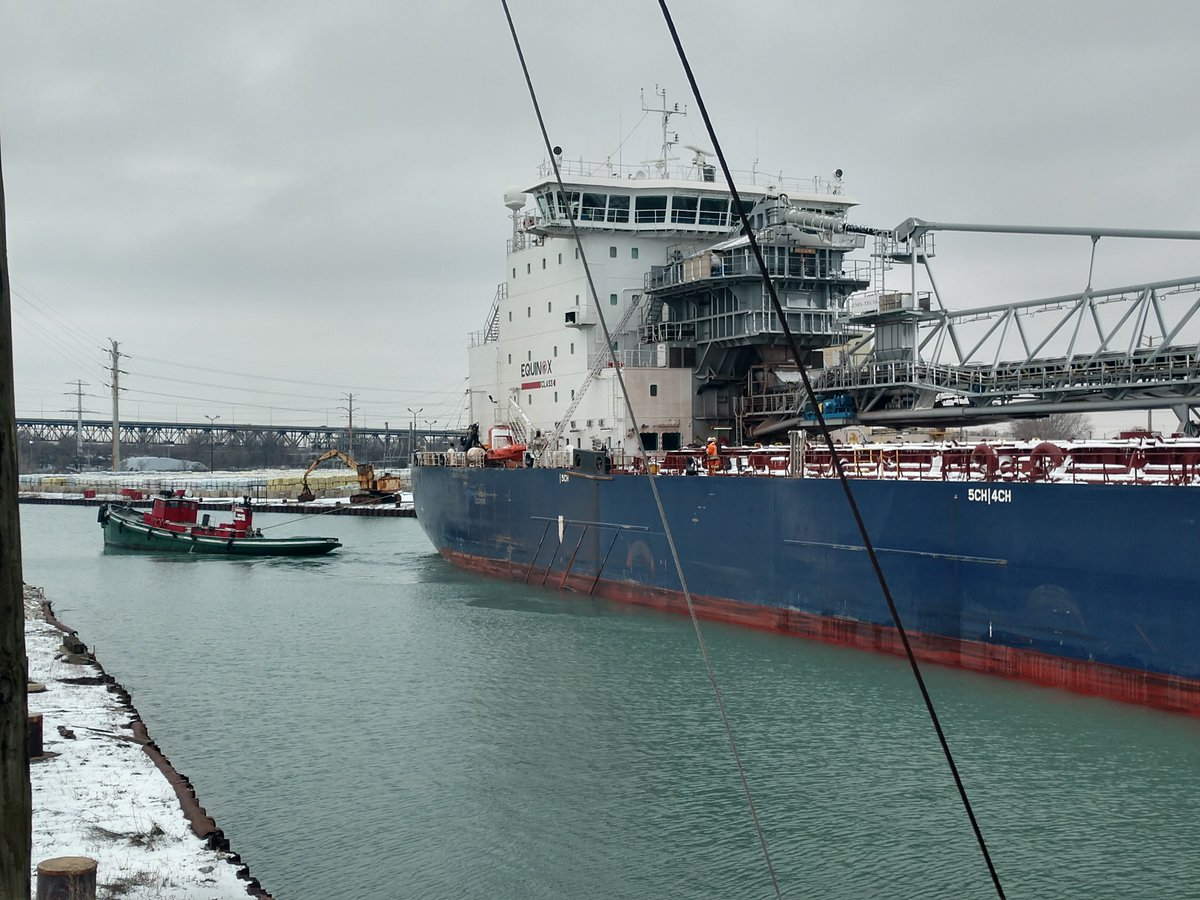 Algoma Conveyor downbound on the Calumet River at 92nd.  See crewmember in orange for scale.pic.twitter.com/tKkZDP8kX1