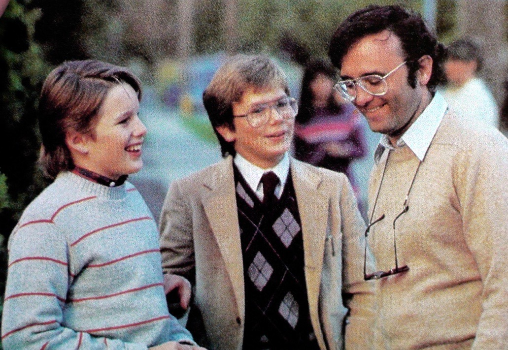 Ethan Hawke, River Phoenix, and director Joe Dante behind the scenes during the filming of EXPLORERS (1985). #80s #SciFi #moviespic.twitter.com/SOyDt9umJx