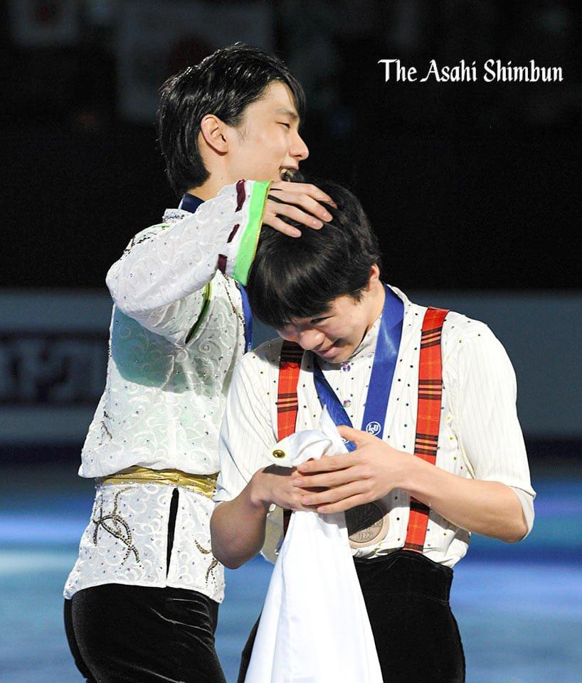 Endearing moments...#羽生結弦 #YuzuruHanyu #HanyuYuzuru #Yuzuru  #4CC2020 Men medal ceremony fotosession 09.02.20  https://www.youtube.com/watch?v=rV6PozVHDL8&feature=youtu.be…pic.twitter.com/aYPwWvmXhG