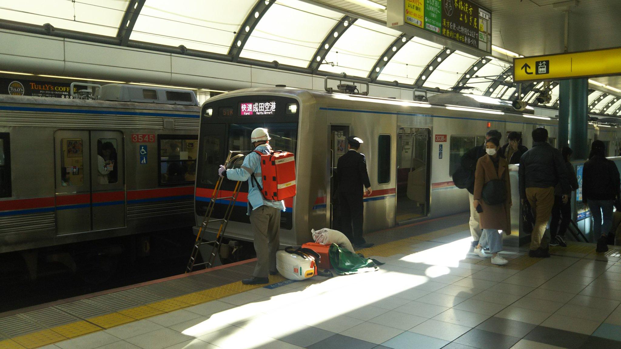 京成船橋駅で人身事故が起き救護活動している現場の画像