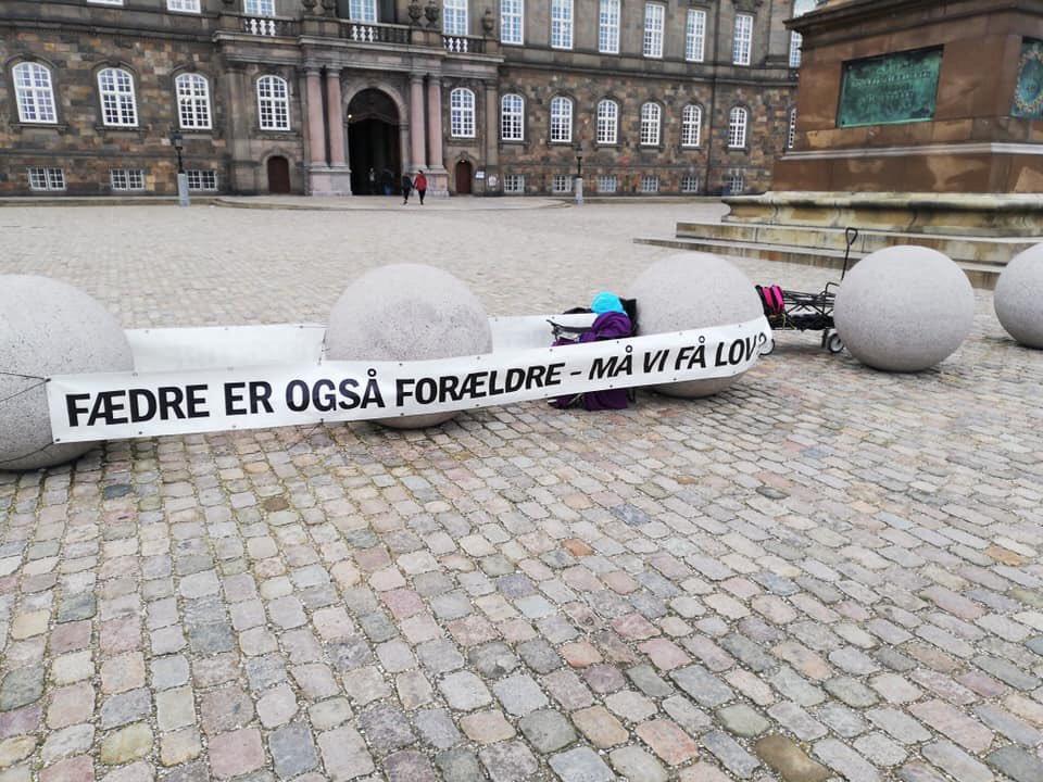 UGE 7 Fædre demonstrerer mod forholdene for børn og fædre hele ugen foran Christiansborg. Tag forbi og tag en snak med Brian & Co.  #dkpol #dkmedier #børn #fædre #ligestilling #menneskeret @familieretshus @tv2newsdk @berlingske @Statsmin @Astridkrag @MogensJensenS #Danmarkpic.twitter.com/xKp2PMhbht