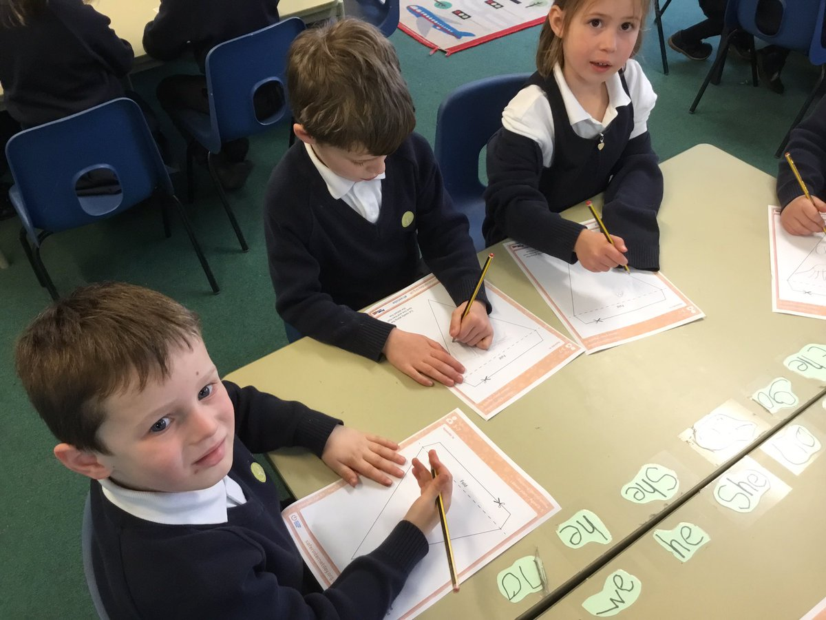 """test Twitter Media - We are designing our own """"this is me"""" flags for #SaferInternetDay. We are decorating them with all the things that's us who we are.   #gorseypshe #gorseycomputing   💻📱⌚️ https://t.co/xEbvY9X3Yg"""