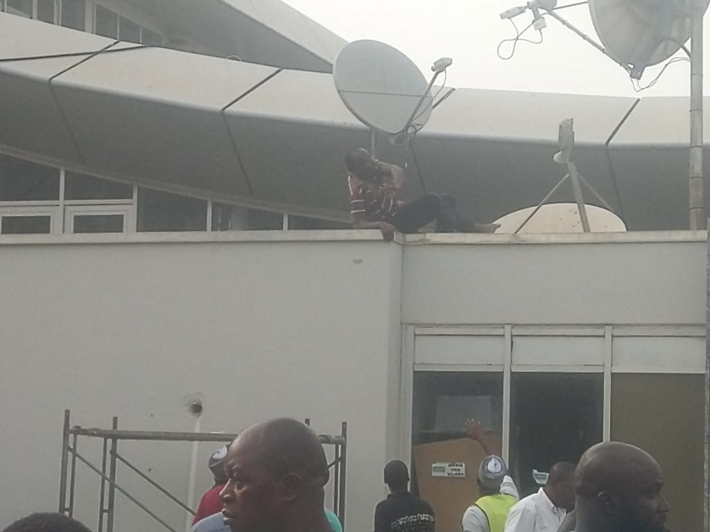 Uber Driver Threatens To Commit Suicide At AbujaAirport (Video)