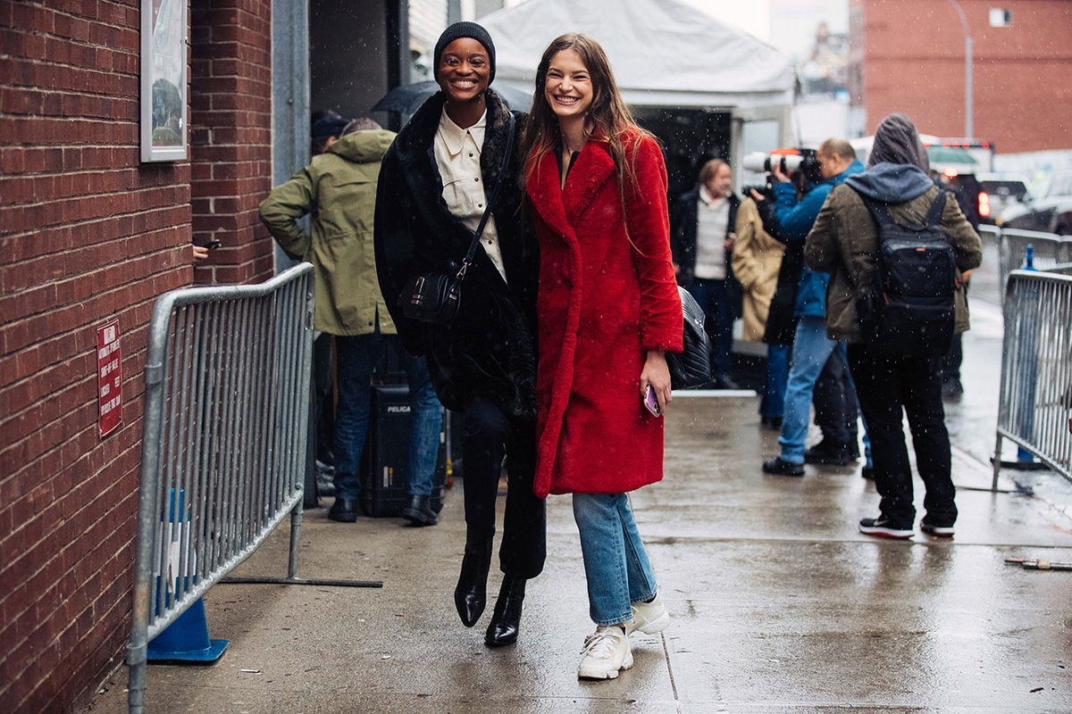 A little rain didn't stop these models from looking on the brighter side! #NYFW continues on with street style from @MelodieJeng  https://t.co/g2f6GFCjXM https://t.co/oz3mNnWgMI