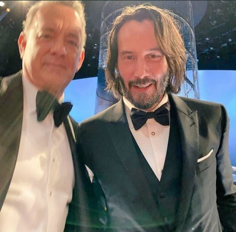 Tom hanks taking a picture #oscars  #Oscars pic.twitter.com/kPtAFAGFEf