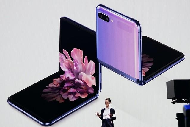 【ガラケー彷彿】サムスン、縦折りスマホ「Galaxy Z Flip」正式発表 フォルダブルでは樹脂素材が用いられてきたが、今回は超薄型のガラスを採用。5Gは非対応となっている。