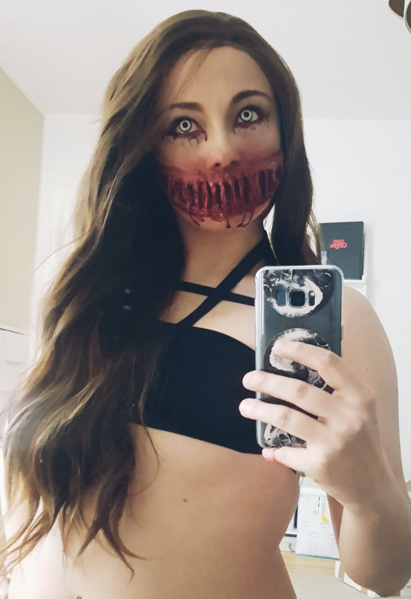 || I'm the prettiest nightmare you'll ever have ||  Today I made a ripped mouth and I think it's good for the first try?  In any case, I really enjoy doing make-up like this ♡  #horrormakeup #makeup #effectmakeup  #horror #woundspic.twitter.com/xqT2M3OND6