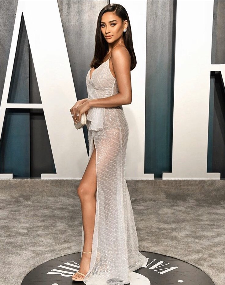 Shay Mitchell at the 2020 #Oscars Vanity Fair party  pic.twitter.com/cUU3aNqYPt