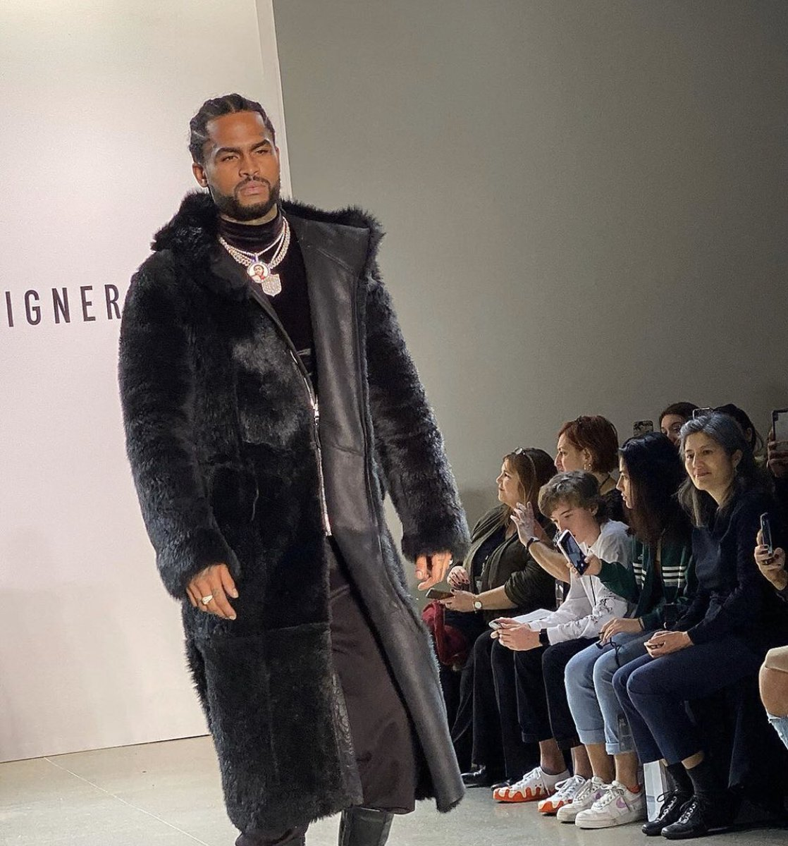 Dave East on his modeling shit  <br>http://pic.twitter.com/LGT5qdagEi