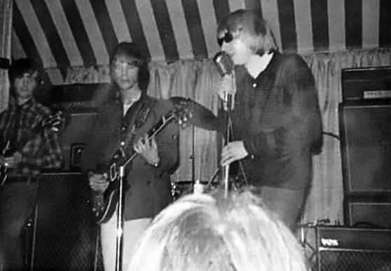 1964年ウォルドアストリートに移転したマーキークラブのオープニングを飾ったのがヤードバーズ。大型USツアーを終えた66年3月15日凱旋公演もマーキークラブ。この後ジミーペイジ加入。ステージ写真はマーキークラブで一番左がジミーペイジ #marqueeclubjapan #marqueeclub #TheYardbirds pic.twitter.com/5adNy7VUfk