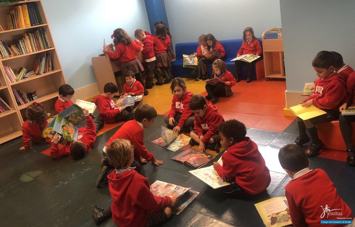 En #infantil cada semana nuestros alumnos de 4 años visitan su biblioteca donde pueden elegir los libros con los que se inician en la lectura #hábitodelectura #aprendiendoaleer #amorporloslibros #sekmalagapic.twitter.com/qS51pe6xP2