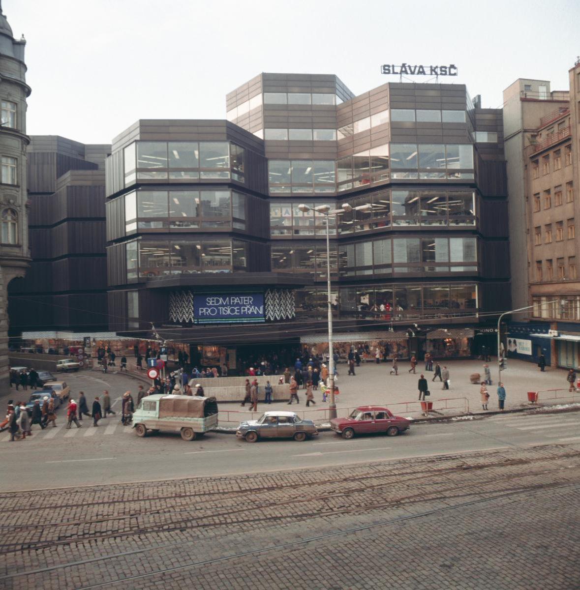 Pražský obchodní dům Kotva slaví tento týden své 45. narozeniny. Stavba byla postavena v 70. letech 20. století v architektonickém směru brutalismu. U otevření byli i vojáci z nedalekých kasáren, kteří museli zadržovat davy lidí zvědavých na nabídku zboží.