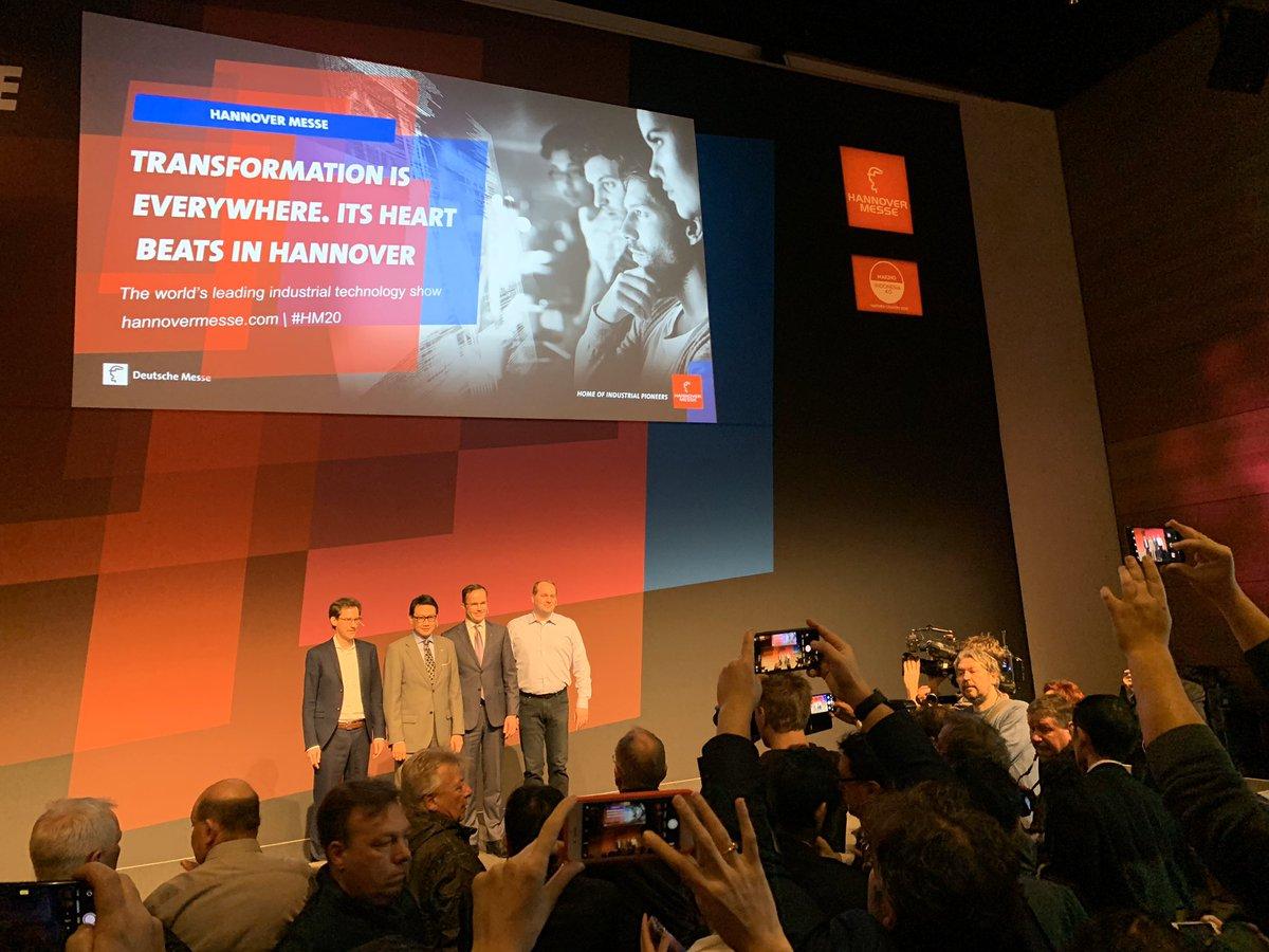Wo ist das Blitzlichtgewitter? Fast nur Smartphones beim Fototermin mit @Hannover_Messe-Chef, indonesischem Botschafter, @Weidmueller und @BerlinChristoph von @Microsoft bei der #HM20 Preview.pic.twitter.com/0XDXIYge5i