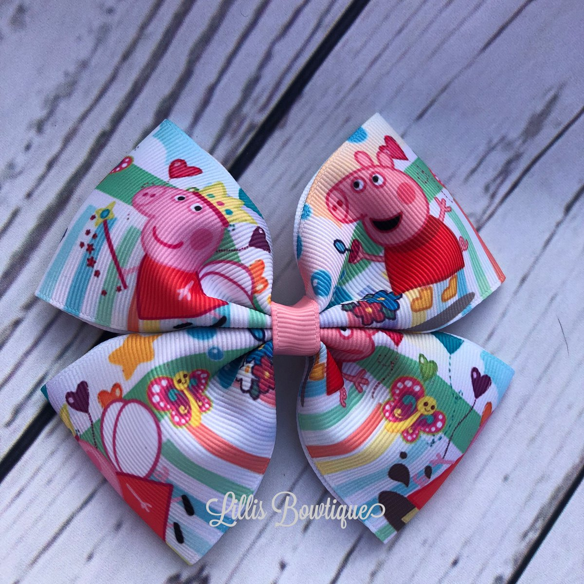 Last one in our cute peppa pig bow ready to post now on the website #springhairbows #bowsbowsbows #peppapig #handmadehairbows #handmadebows #buyonline #bowboutique #lillisbowtique #smallbows #fringeclips #pigtailbowspic.twitter.com/ST2Tr3NbWw