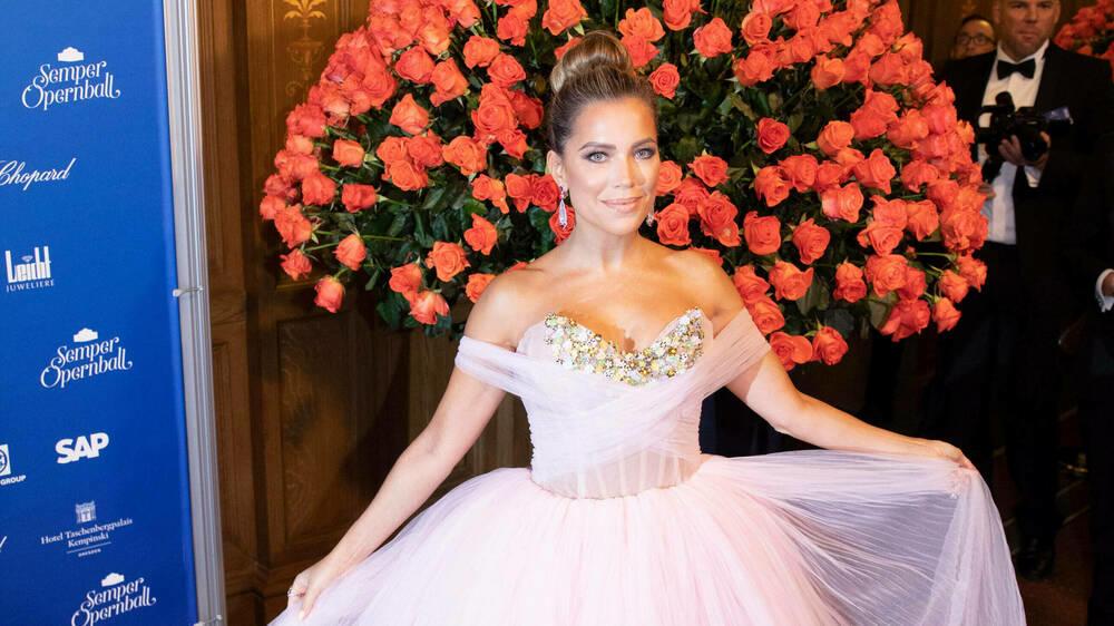 SemperOpernball: Sylvie Meis ist in rosa Prinzessinnenkleid DER Hingucker - http://VIP.de, Star News https://www.vip.de/cms/semperopernball-sylvie-meis-ist-in-rosa-prinzessinnenkleid-der-hingucker-4483750.html?utm_source=dlvr.it&utm_medium=twitter…pic.twitter.com/CSnhZ1phDE