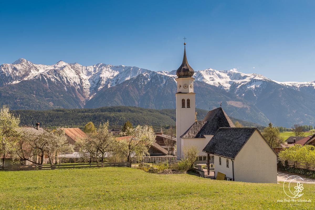 """Alpenkirche  Im Allgäu findet man fast überall diese Kirchen mit den Zwiebeldächern. Ich liebe Zwiebeln ja sowieso, aber mit dem grandiosen Bergpanorama sind sie echt unwiderstehlich :-)   -------  See more captures on my website """"http://www.find-the-silence.de"""" See you :-)pic.twitter.com/9bhuNqgBT8"""