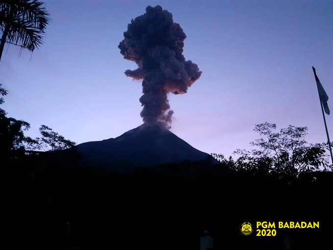 Via PGM.Babadan visual #Merapi tampak, suhu udara 17.6 °C, kelembaban 73 %rh, tekanan udara 872.9 hpa, angin tenang.