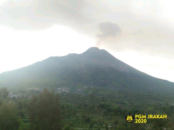 Via PGM.Jrakah visual #Merapi tampak, cuaca redup, suhu udara 18.0 °C, kelembaban 90 %rh, pressure 757.9 hpa, angin tenang.